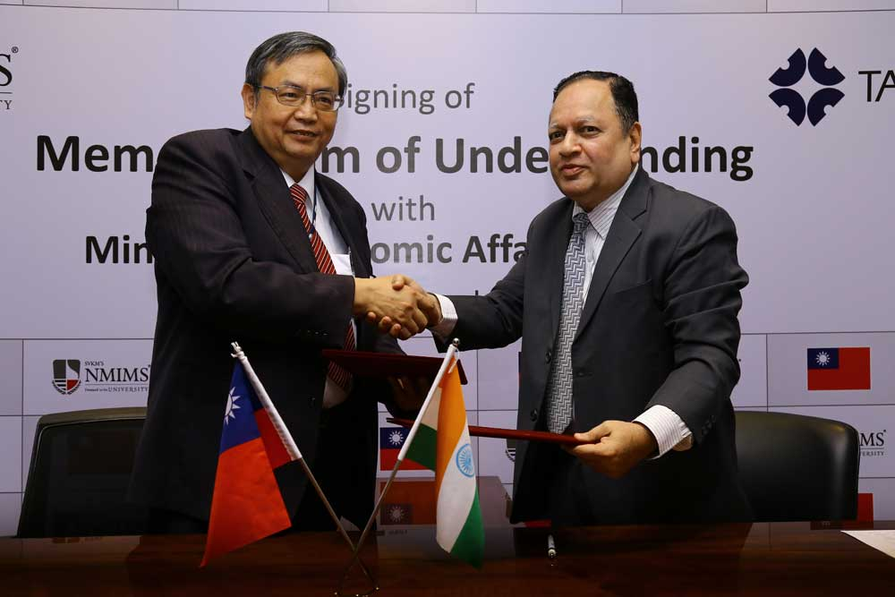 Dr Sharad Mhaiskar and the Director General of the Ministry of Economic Affairs, Taiwan at the Signing of the Memorandum.
